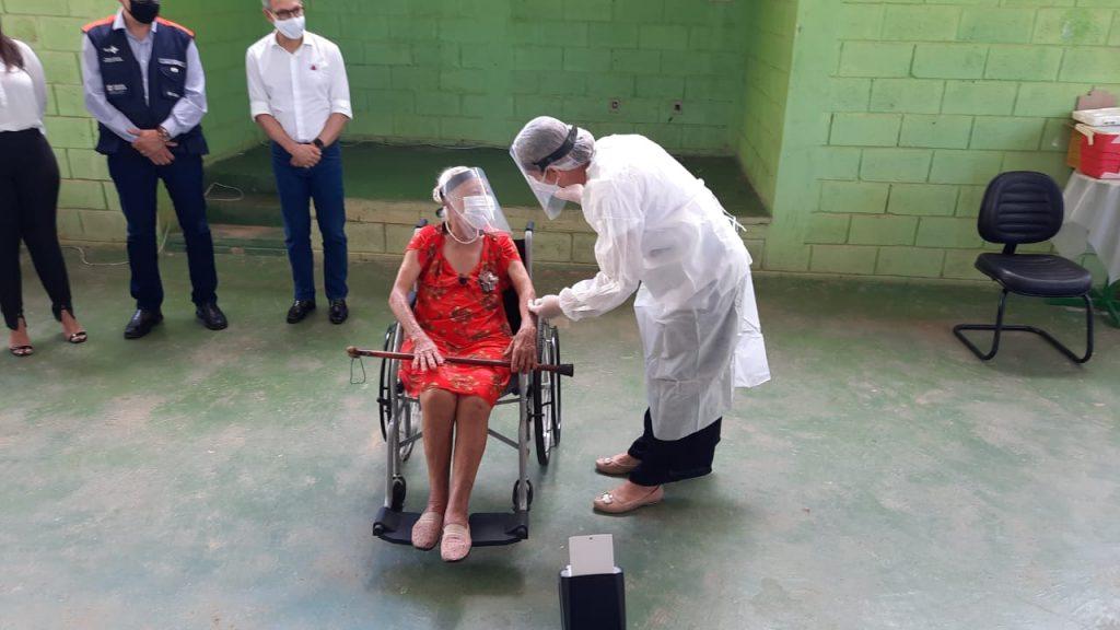 Maria das Dores Reis foi a primeira idosa a ser vacinada em Montes Claros